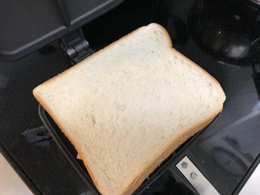 バウルーに食パンをセット