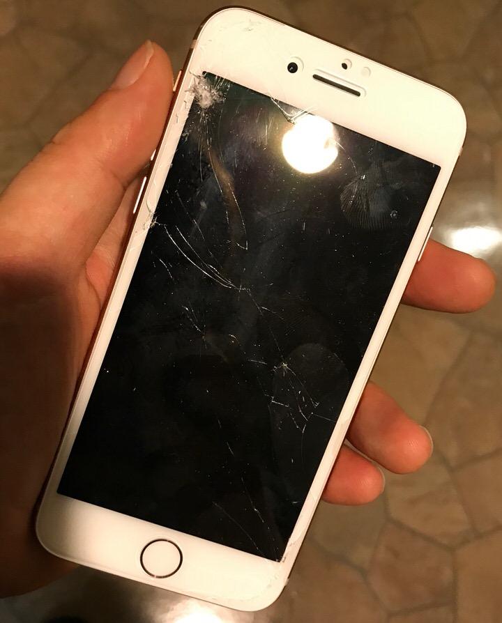 液晶の割れたiPhone8
