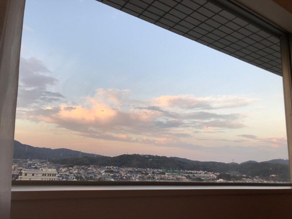 夕焼けの山の景色