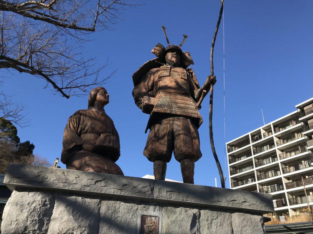 土肥実平夫婦の銅像