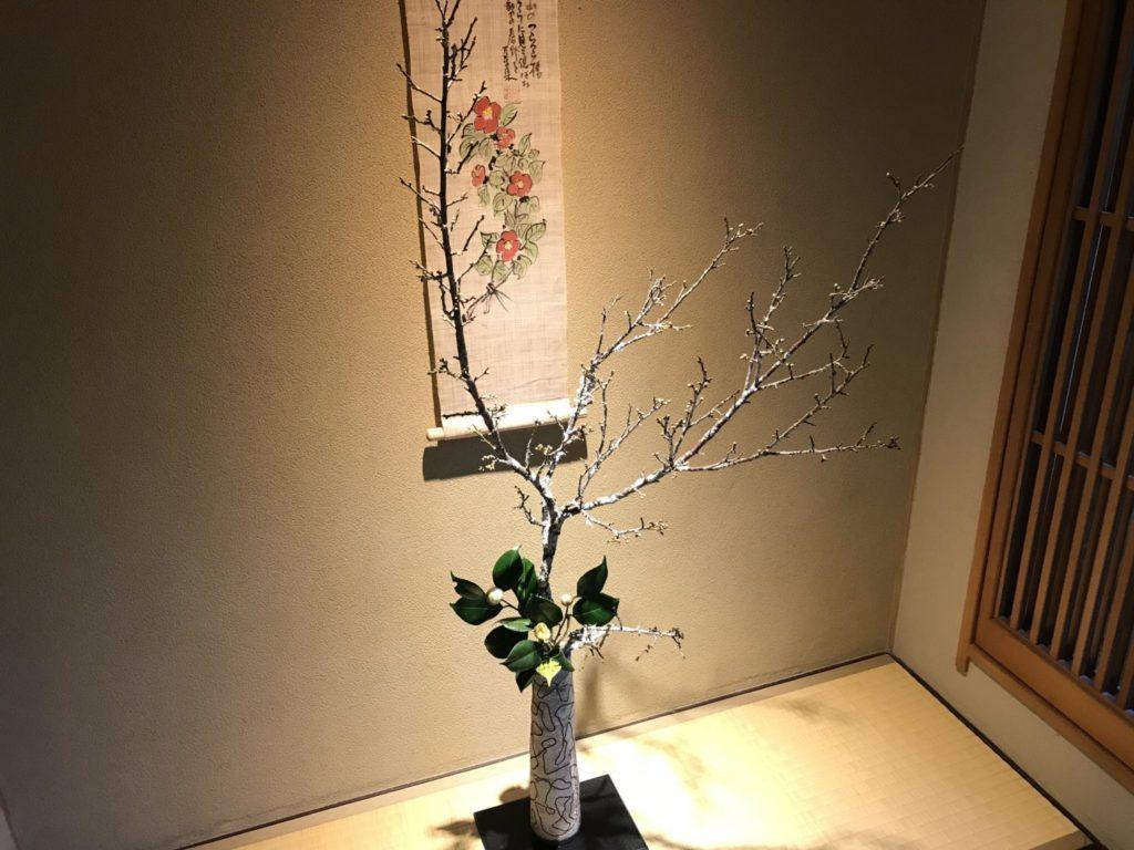 雰囲気のある部屋の生け花