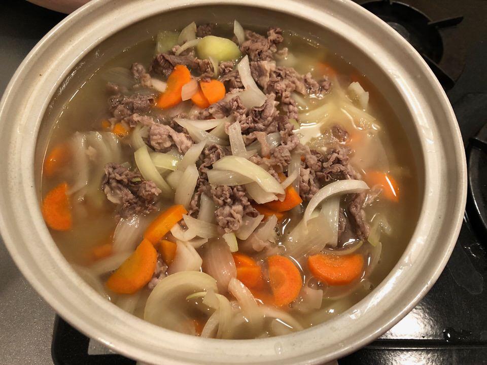 じっくりと鍋で煮ていきます。