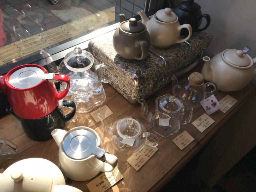 ティーポットなどの茶器も売ってます