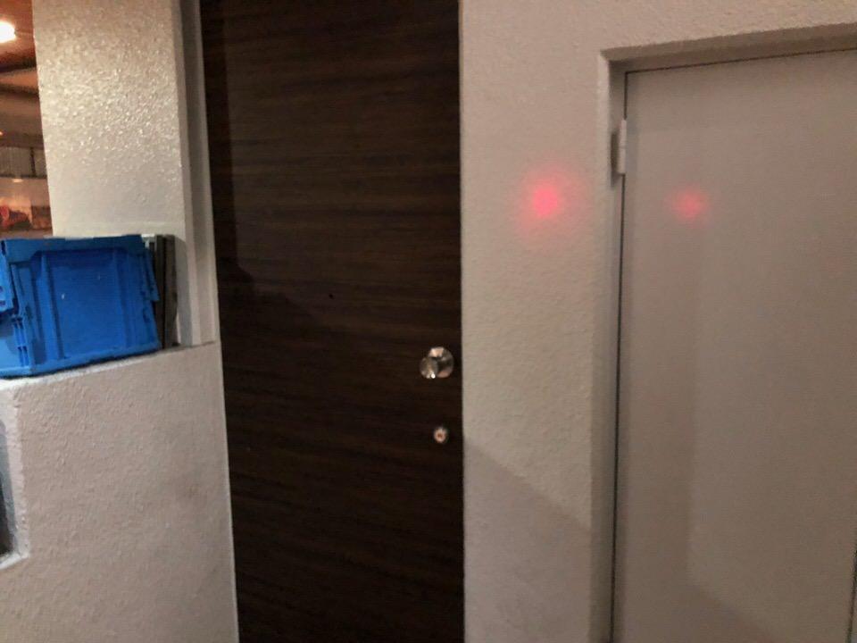 看板もない扉