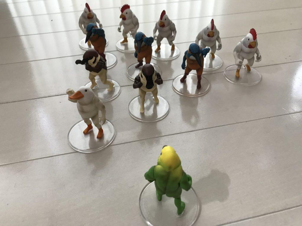 ガチムチ鳥の集団を見守るインコさんの図